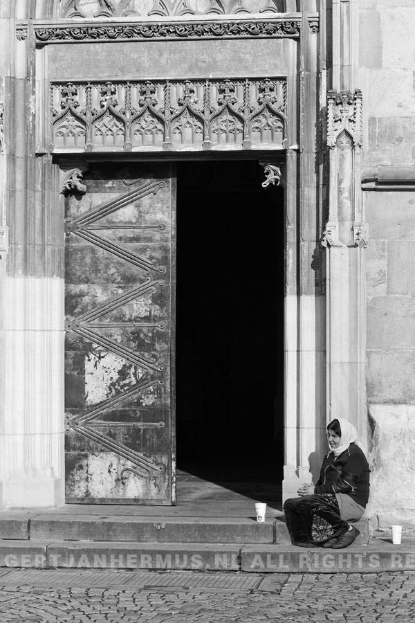 Straatfotografie Bedelaar bij kerk