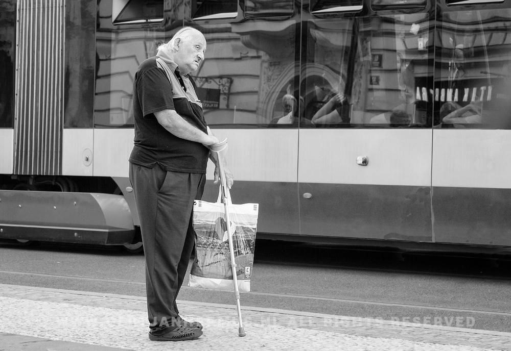 Straatfotografie man bij tram