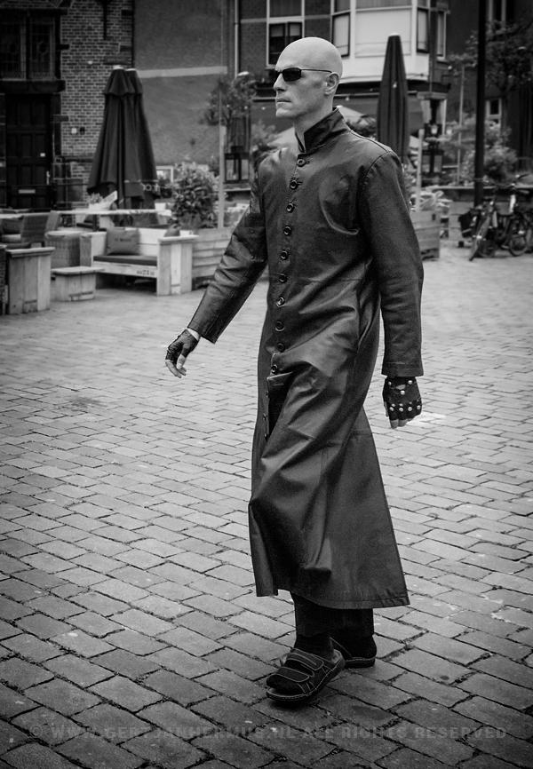 straatfotografie man in leren jas