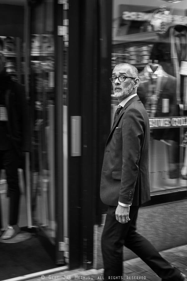 straatfotografie man in pak