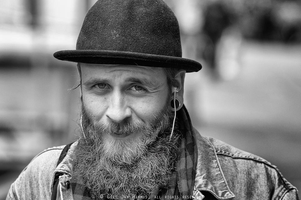 Straatportret Man met hoedje