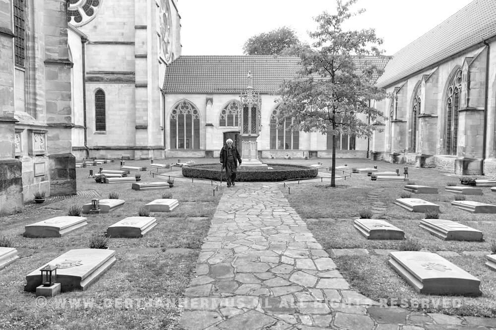 straatfotografie man op begraafplaats kerkhof