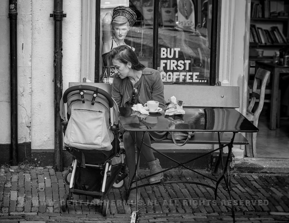 straatfotografie moeder met kind en paspop