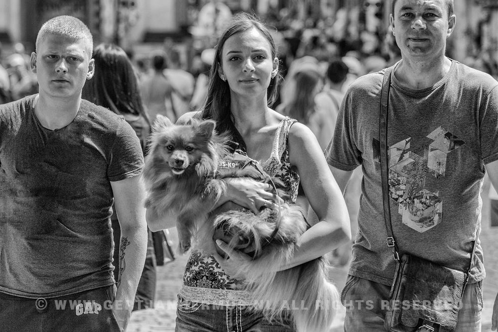 straatfotografie vrouw met hond