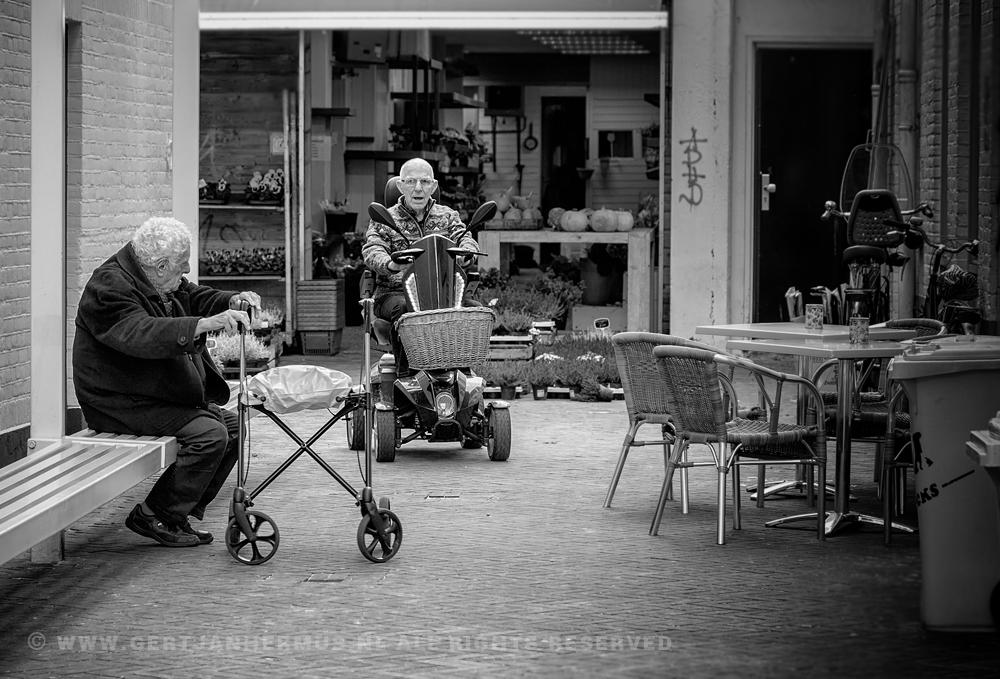 straatfotografie oude mannen op scootmobiel