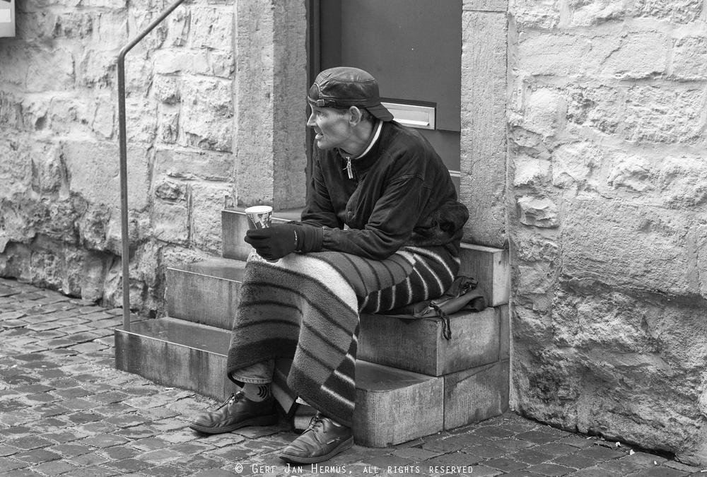 straatfotografie dakloze bedelaar