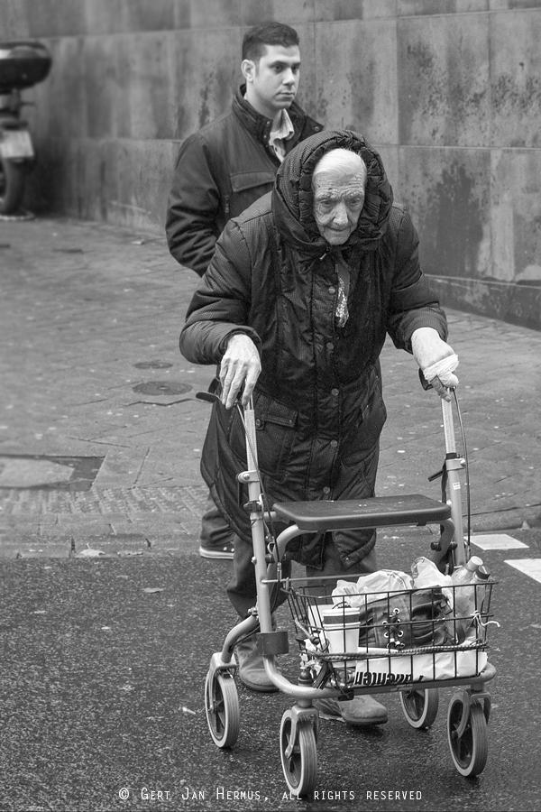 straatfotografie oude vrouw met rollator