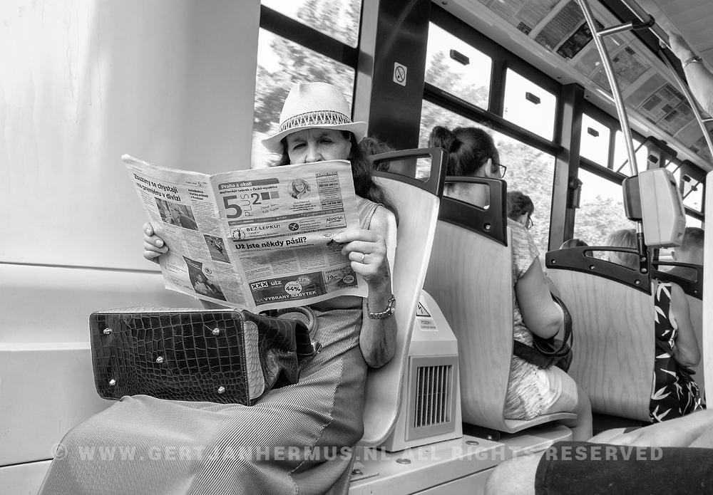 straatfotografie vrouw in tram