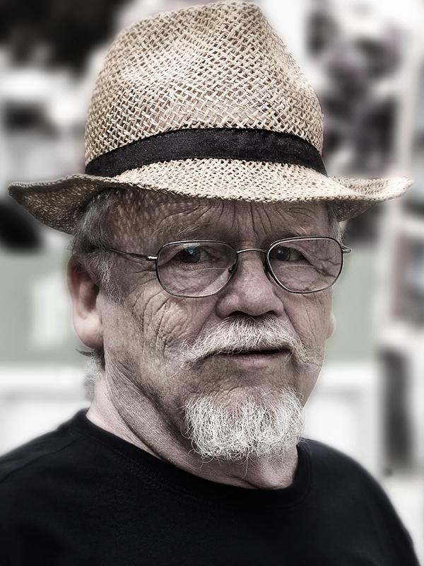Straatportret in kleur - Man met hoedje