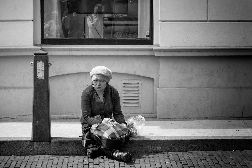 straatfotografie- vrouw op stoeprand