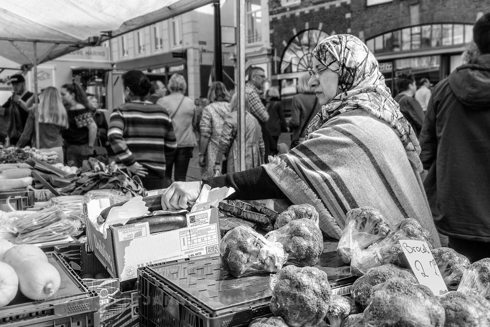 Straatfotografie vrouw op de markt