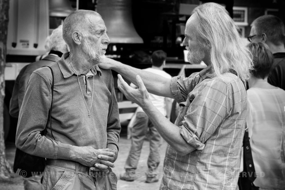 straatfoto pratende mannen