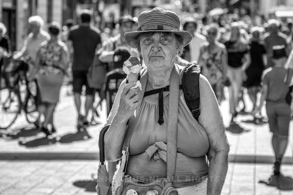 straatfotografie vrouw met ijsje