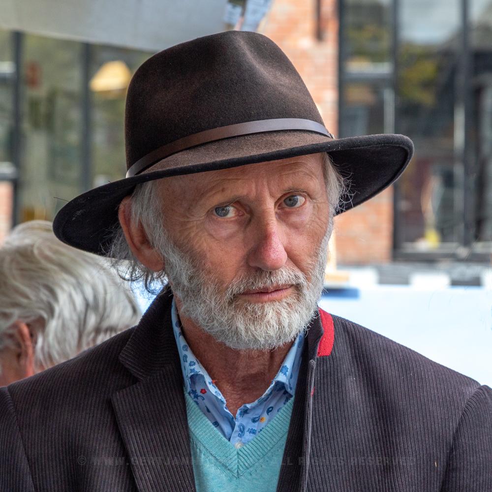 straatportret man met hoed