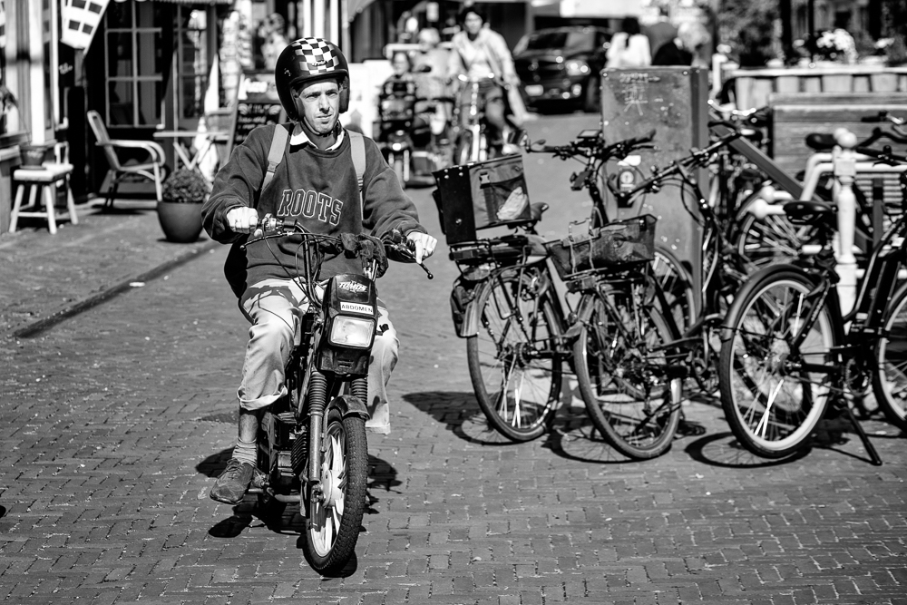 straatfoto man op een brommer