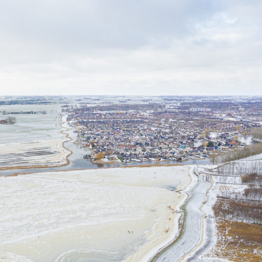 Vanmiddag ben ik vanuit de lucht de kwaliteit van het ijs eens gaan bekijken. Ik heb een dronevideo gemaakt aan de zuidkant van Sneek, bij de Witte Brekken. Er ligt inderdaad ijs . Maar er moet nog wel een paar centimeter dikte bij! ;-) Hieronder zie je een foto. Met op de voorgrond een paar schaatsers. op de achtergrond de wijk Duinterpen. Bekijk het filmpje met winterbeelden op mijn website: https://gertjanhermus.nl/drone-filmt-schaatsers-bij-sneek-friesland/